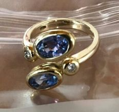 18kt gold design ring with IGI natural untreated 5.00ct blue sapphire and 2 diamonds H VS2 size16.5