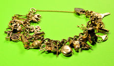 Gold bracelet from the 1960s with 25 vintage charms Length: 17 cm