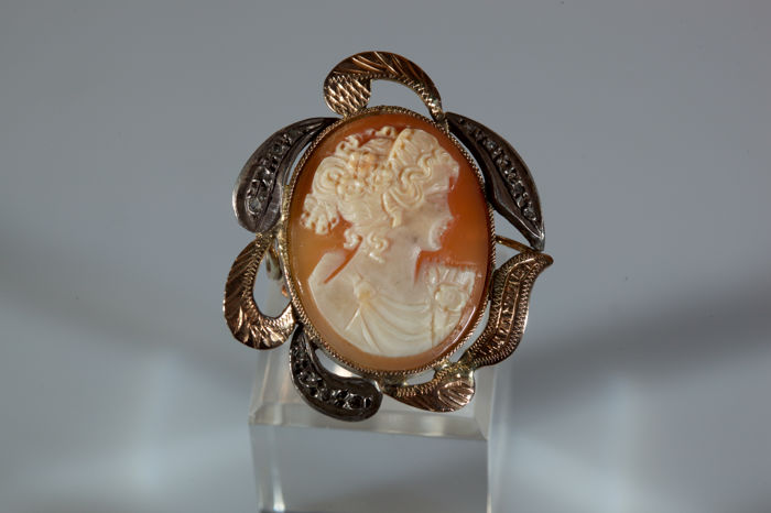 Ring in yellow gold with beautiful cameo in relief on carnelian, with face of young girl, adorned with diamonds