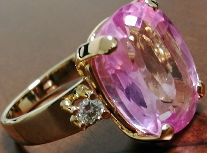 18 kt gold ring and 7.10 g with kunzite of 13 ct and diamonds – Hoop inner diameter: 16.10 mm