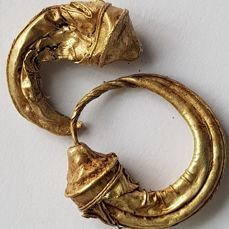 Roman Gold Earrings in the form of a Rhyton - 28mm; 5.61 g. (2)