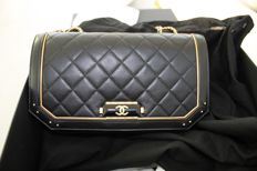 Chanel – Classic Flap Bag carried by hand, made of leather and gilted metal – Like new.