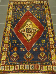 Antique Anatolian Uschak oriental carpet, natural colours circa 1950. Made in Turkey. Wool on wool. 120 x 190 cm