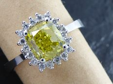 Diamond ring with fancy olive green cushion diamond, total  1.80 ct