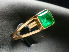 18 kt (750/1000) yellow gold cocktail ring set with a central square-shaped natural emerald gemstone weighing 0.5 ct.