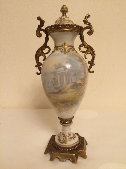 Mounted covered vase in sevres style with romantic decor for Decor traduction