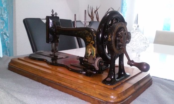 Bradbury Co Of Wellington Antique Sewing Machine With Crank Awesome Sewing Machine Wellington