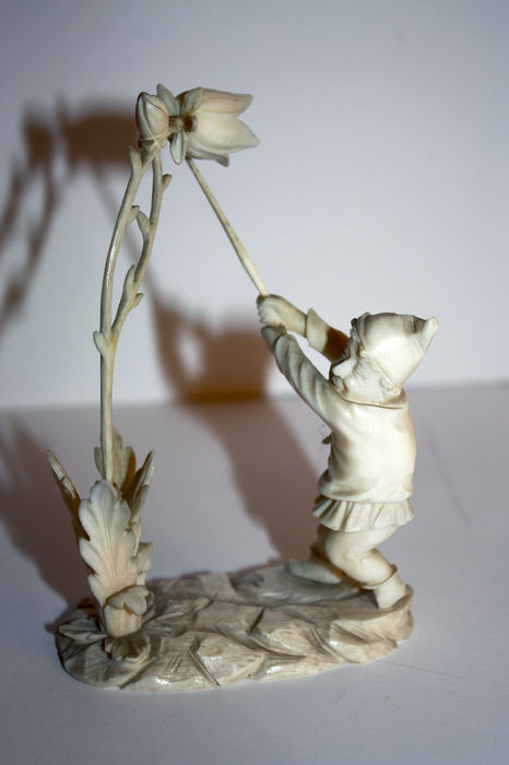 Sculpture of a gnome with a bellflower, finely carved in ivory  - Germany, probably Erbach - circa 1880