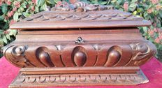 Hand carved walnut wood trinket box - Lombardy, Italy, early 20th C