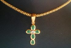 18 kt/750 mm yellow gold chain with emeralds cross and a total diamond weight: 8.44 g