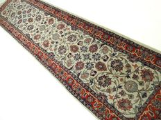 """Sarough – 232 x 59 cm – """"Oriental runner rug in beautiful, virtually  unused  condition"""" – Please note: no reserve, bidding starts at €1."""