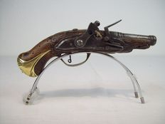 Flintlock pistol France or Italy made until 1770 walnut wood, brass trimmings