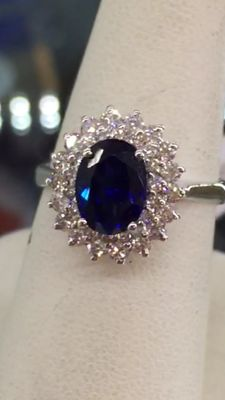 18 kt gold ring with a magnificent sapphire, and a double contour of diamonds totalling 2.39 ct.
