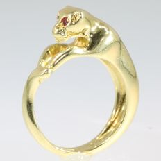 Stylish yellow gold Italian cocktail ring in shape of a panther with ruby eyes