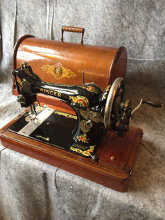 Great antique Singer 128k hand sewing machine, England, 1913