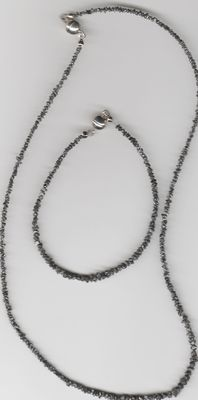 A jewellery set made of 925 silver, consisting of a necklace and bracelet adorned with raw diamonds of approx. 28 ct