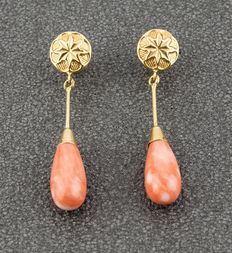 Long yellow gold dangle earrings with pear-shaped natural Pacific coral gemstones.