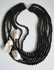 Necklace with 7 strands of onyx and three cultured freshwater baroque pearls. Measuring from approx. 45 to 60, 925 silver clasp