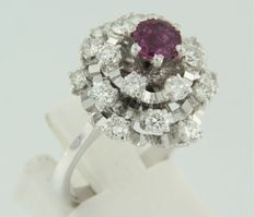 White gold entourage ring of 18 kt set with a central tourmaline and an entourage of 20 brilliant cut diamonds