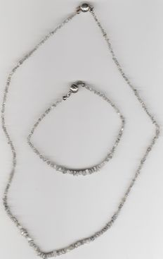 A jewellery set made of 925 silver including a necklace and bracelet, both with many raw diamonds of approx. 28 ct