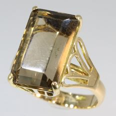 Impressive warm yellow gold cocktail ring with a grand smoky quartz - 1960