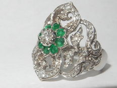 Art Deco, white gold, cluster ring with diamonds and emeralds, 0.87 ct. No reserve.
