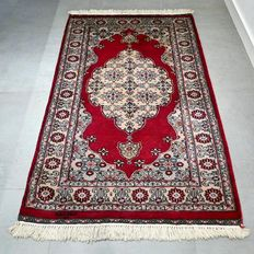 NO RESERVE, GREAT OPPORTUNITY: Beautiful Kashmir Ghom Carpet – 155 x 97 – very good condition – with certificate