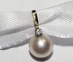 1 gold pendant with a 7.6 mm Akoya pearl and a diamond
