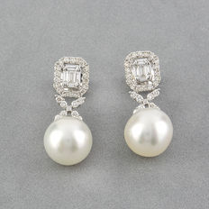 Pendientes realizados en oro blanco con diamantes talla de brillante, diamantes talla de baguette y perlas south sea pearls (australiana)