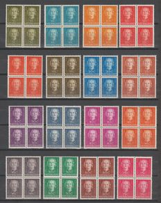 The Netherlands 1949 - Queen Juliana 'En Face' with plate flaw - NVPH 518/533 in blocks of 4 + 526 P