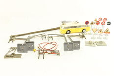 Brawa/Dinky Toys H0 - Trolleybus with catenaries, poles and traffic signs
