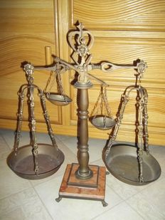 Beautiful complete brass double scale with stone base -In very good and complete condition -height 57 cm - weight more than 3.7 kg.