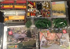 Faller/Wiking/Busch H0 - Scenery with freight carriages, trees, figurines, lighting, Faller kits, lanterns, cars and other loose scenery.