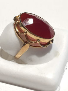 Gold ring with carnelian stone, oval cut.