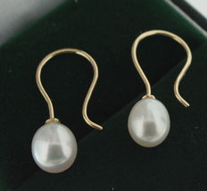Classic 14 kt gold earrings set with a freshwater pearl