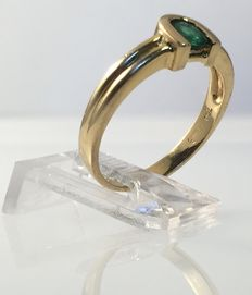 Gold ring with facetted cut emerald