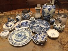 Lot Delft blue objects