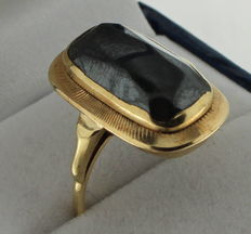 14 kt Gold ring set with onyx