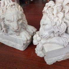 Two marble sculptures depicting two lions, 20th century.