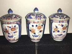 "A set of 3 Chinese ""Verte Imari"" high tea bowls with lids – China – 18th century"