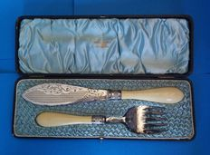 Walker & Hall - Antique George V silver plate and ivory fish servers