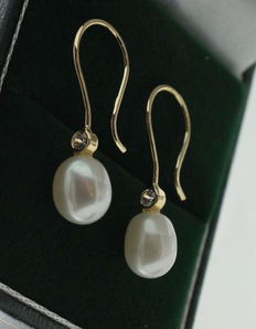 Classic yellow gold earrings set with a zirconia and a fresh water pearl.