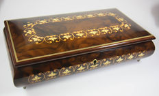 Box lined with wood, floral motif, playbox music box play box musicbox Boite a musique carillon spieluhr jewellery box jewel box.