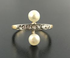Vous et Moi ring from the 19th century, in 18 kt gold decorated with 2 delicate pearls and a line of diamond roses.