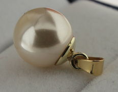 14 kt gold pendant with pearl.