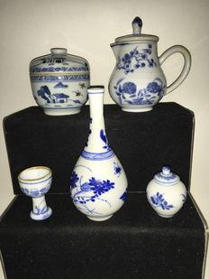 Five pieces of Chinese porcelain, China, 18th century