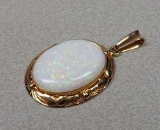 14 kt gold pendant with opal.