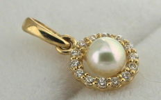 Yellow gold pendant set with zirconia and a fresh water pearl