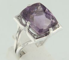 18 kt white gold ring set with an emerald shape, facet cut amethyst and 12 brilliant cut diamonds ****no reserve****