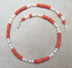 Necklace with old precious coral, 14 kt gold beads and cultivated freshwater pearls, clasp is 18 kt yellow gold